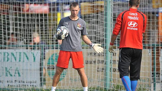 Trenér gólmanů české dvacítky Petr Kouba (vlevo) na tréninku před odletem na MS.