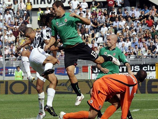Z této krkolomné pozice dokázal dát útočník Juventusu David Trezegeut (zcela vlevo) gól do sítě Boloni.