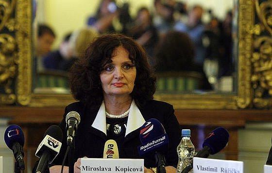 Poslanci v úterý rozhodli, že děkanem plzeňských práv Zachariášem, proděkanem Kindlem, ale také šéfkou akreditační komise Dvořákovou se bude zabývat sněmovní vyšetřovací komise.
