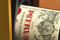 Kupec vesmírné lahve vína Pétrus 2000 jej dostane ve speciálně pro tuto příležitost vyrobeném kufříku.