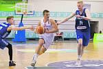Český basketbalista Jan Zídek (uprostřed).