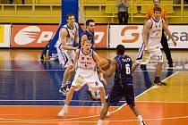 Basketbalisté Prostějova (v bílém) v zápase proti Kolínu.