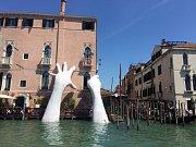 Benátky se potápějí. Symbolické dílo instalované v rámci uměleckého bienále
