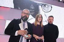 Polští novináři, zleva: Bertold Kittel, Anna Sobolewska a Piotr Wacowský při přebírání ocenění Andrzeje Woyciechowského.