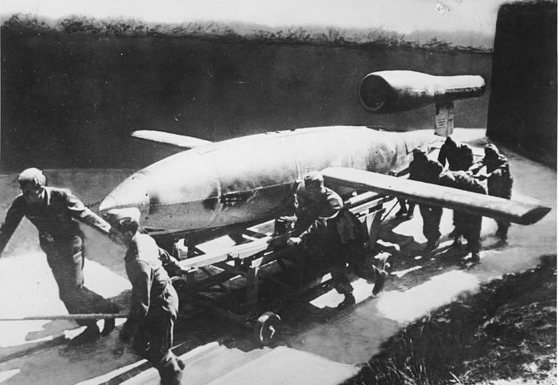 Němečtí vojáci táhnou raketu V-1 na start