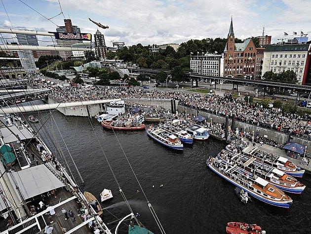 Světová série Red Bull Cliff Diving pokračovala v německém Hamburku.