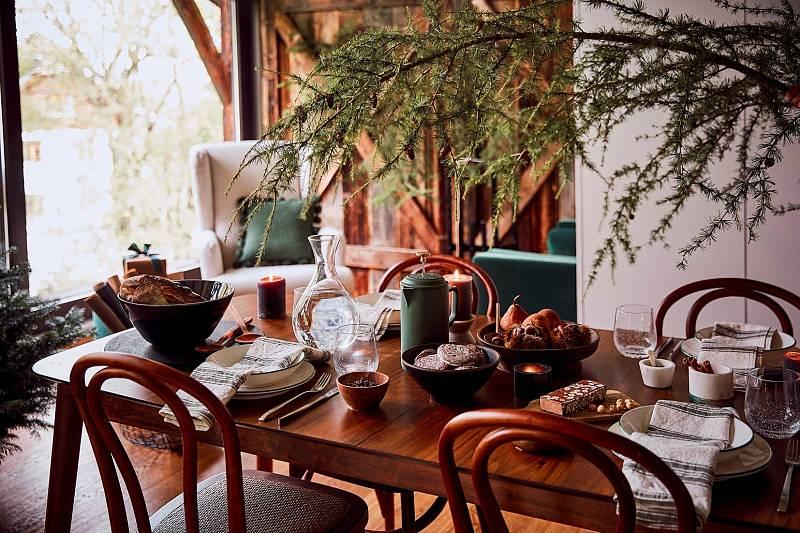 Nedělní oběd - krásně prostřený stůl a vůně přírodního dřeva i jehličí navodí útulnou atmosféru.