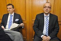 U Obvodního soudu v Praze pokračovalo ve čtvrtek 5. dubna 2012 závěrečnými řečmi hlavní líčení v případu předsedy poslanců Věcí veřejných (VV) Víta Bárty (vlevo) a nyní nezařazeného poslance (dříve VV) Jaroslava Škárky (vpravo).