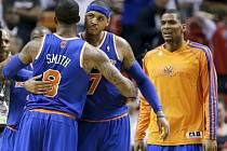 J.R. Smith (8) a Carmelo Anthony (7) oslavují výhru newyorkského celku nad favorizovaným Miami