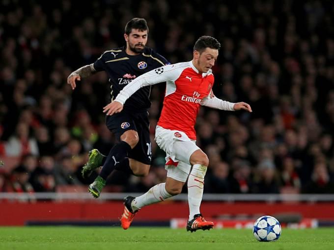 Mesut Özil z Arsenalu (vpravo) a Paulo Machado z Dinama Záhřeb.