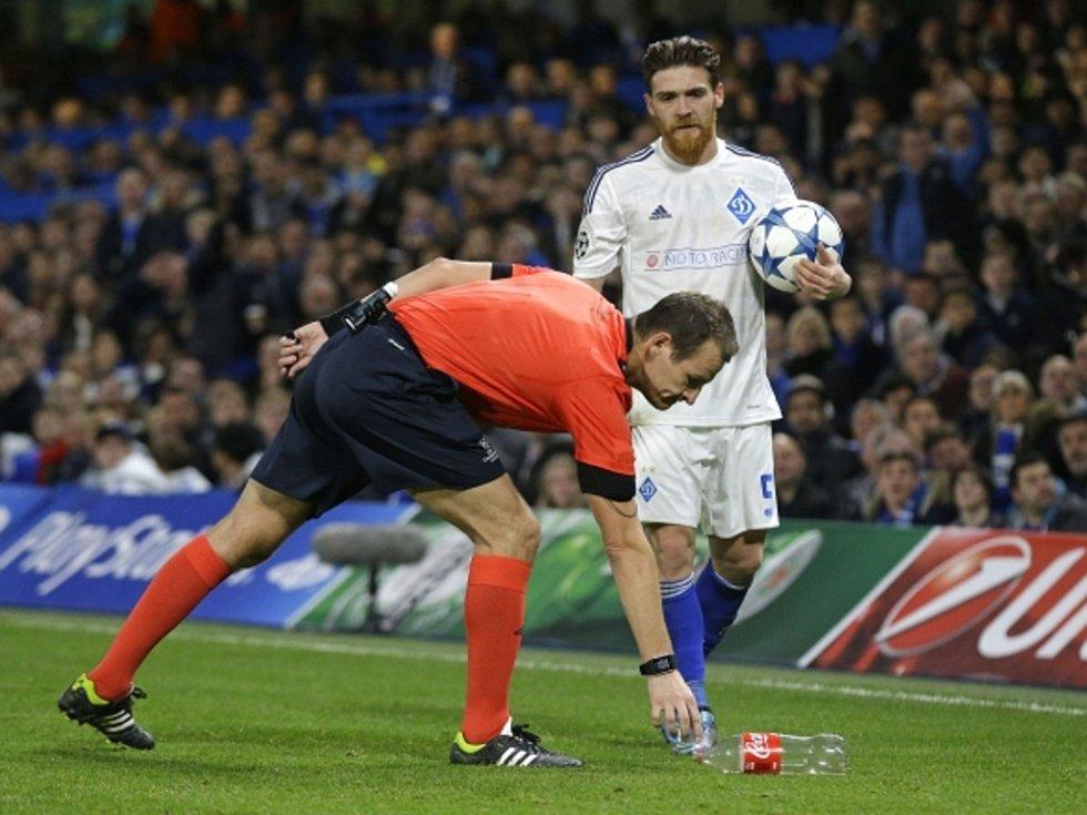 Rozhodčí Pavel Královec (vlevo) řídil zápas Chelsea s Dynamem Kyjev.
