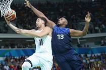 Klay Thompson se snaží zavěsit během zápasu proti Francii.
