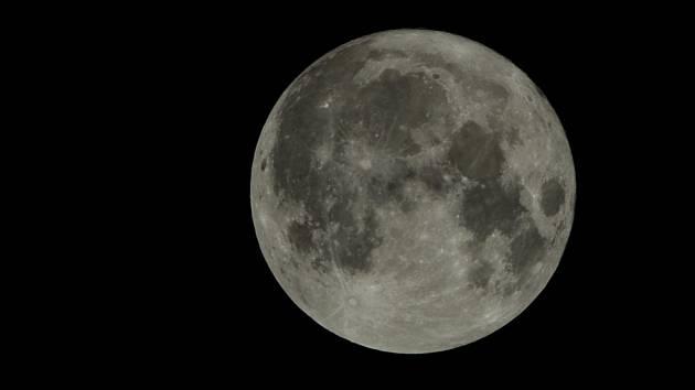 Měsíc v úplňku - ilustrační foto