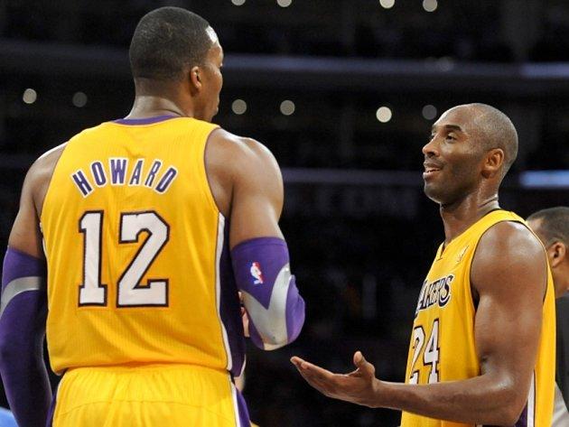 Hvězdy LA Lakers Kobe Bryant (vpravo) a Dwight Howard se domlouvají na taktice.