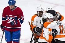 Hráči Flyers se radují z gólu v síti Montrealu.