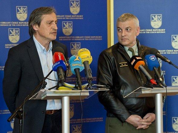 Ministr obrany Martin Stropnický (vlevo) a zástupce náčelníka Generálního štábu František Malenínský.