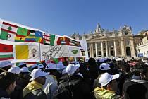 Na Svatopetrské náměstí přišly tisíce běženců.