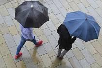 Lidé ukrytí pod deštníky. Ilustrační foto