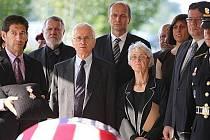 V americkém Clevelandu se 24. srpna konal pohřeb zesnulého odbojáře Ctirada Mašína. Třetí zleva je bratr zesnulého Josef Mašín, čtvrtá zprava sestra Zdena Mašínová, za nimi velvyslanec ČR v USA Petr Gandalovič, druhý zprava ministr obrany Alexandr Vondra.