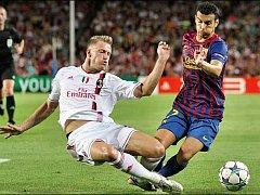 Ignazio Abate z AC Milán (vlevo) v souboji s Pedrem Rodriguezem z Barcelony.