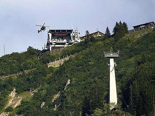 Dvě desítky cestujících muselo nedobrovolně strávit noc v kabině lanovky na Tegelberg v Bavorsku poté, co byl její provoz v pátek ochromen nehodou tandemového padákového kluzáku.
