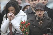 Nečekaná tragédie v sobotu 10. dubna 2010 zasáhla Polsko. Prezident Lech Kaczyński, jeho manželka a další vrcholní činitelé zahynuli při nehodě polského letadla v Rusku. Před prezidentským palácem ve Varšavě pokládali lidé květiny.