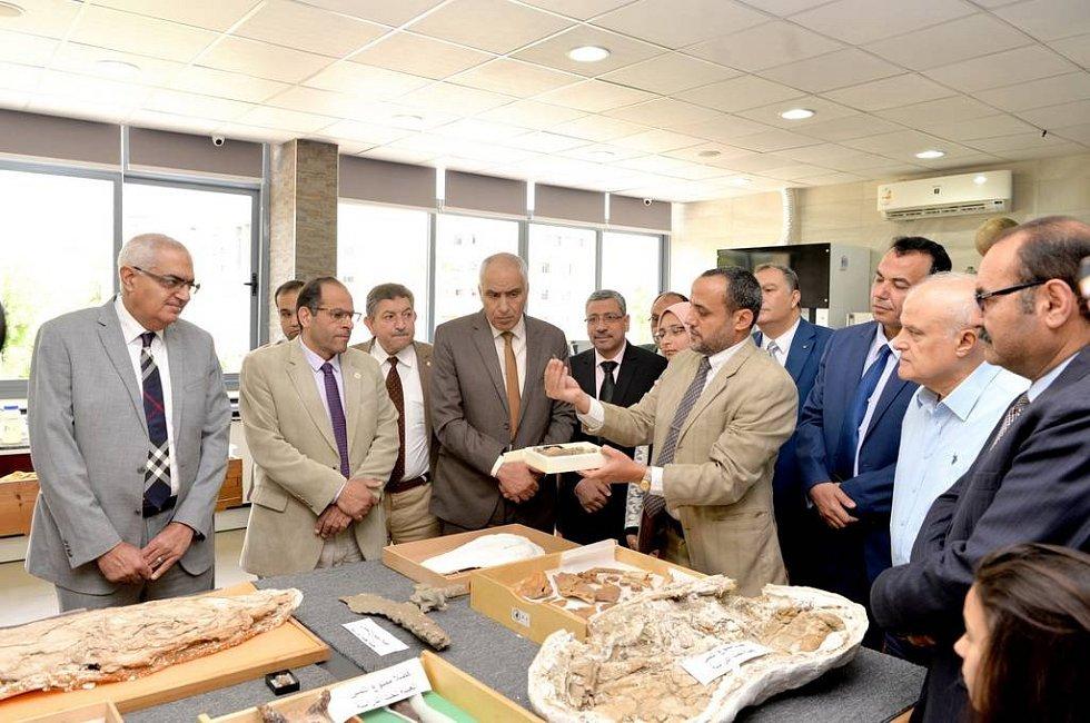 Vedoucí výzkumu, Hesham Sallam, prezentuje své výsledky na univerzitě v Mansouru