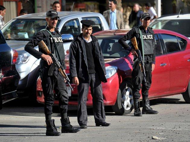 Kolem pozadí pátečního útoku v hotelu Bella Vista v egyptském letovisku Hurgada se vyrojily spekulace o možné pomstě bývalých zaměstnanců nebo vyhrocení jejich sporu o ženu.