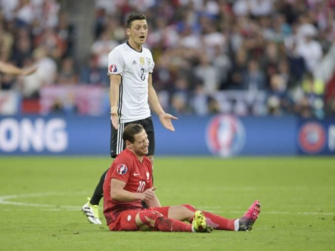 Byl faul? Nebyl faul? Mesut Özil z Německa (nahoře) a Grzegorz Krychowiak z Polska.