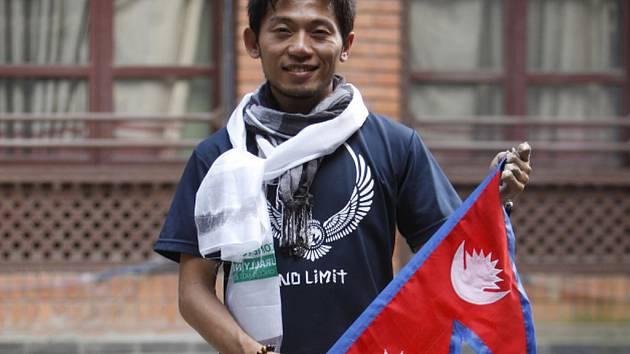 Japonec Nobukazu Kuriki, který se po dubnovém ničivém zemětřesení snažil jako první horolezec zdolat nejvyšší horu světa Mount Everest, svůj pokus vzdal.