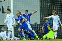 Islanďané (v modrém) vstřelili proti Finům rozhodující gól v 95. minutě