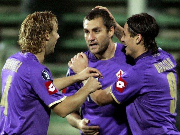 Hráči Fiorentiny se radují z trefy Christiana Vieriho (uprostřed).