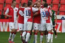 Fotbalisté Slavie se radují z gólu proti Jablonci.