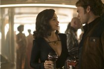 MLADÁ KREV. Do série Star Wars vstoupili Emilia Clarke (Kira) a Aldan Ehrenreich (Han Solo).l