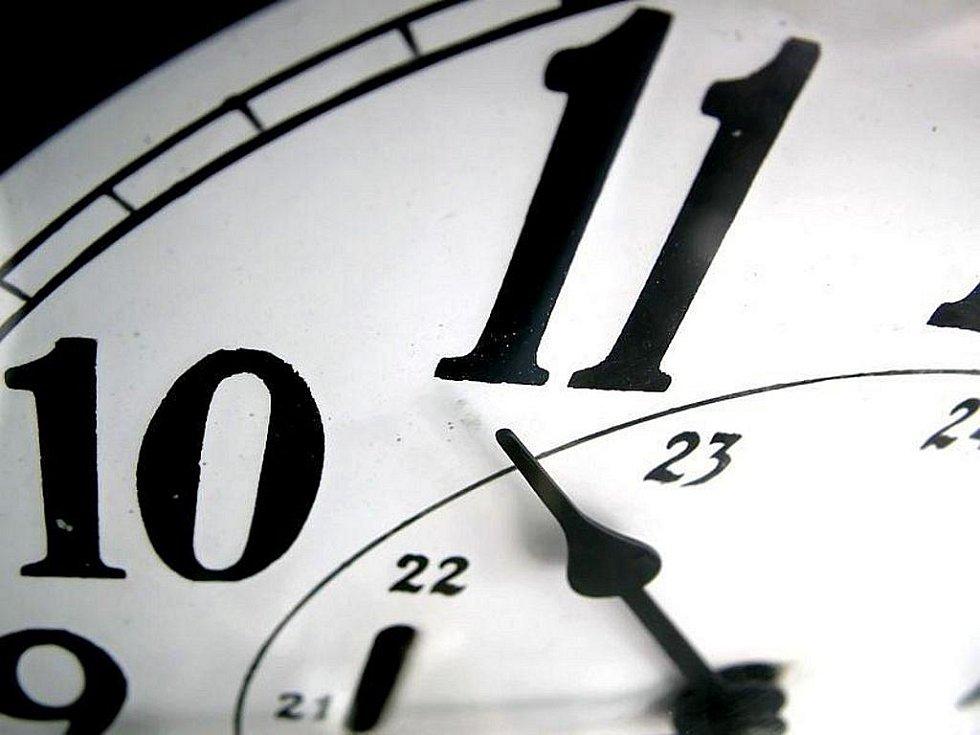 Podle předloňského průzkumu agentury STEM chtělo střídání času ukončit 70 procent Čechů, 44 procent pak preferovalo stálé zachování letního času, zimní, tedy standardní středoevropský čas, chtěla pouze čtvrtina.