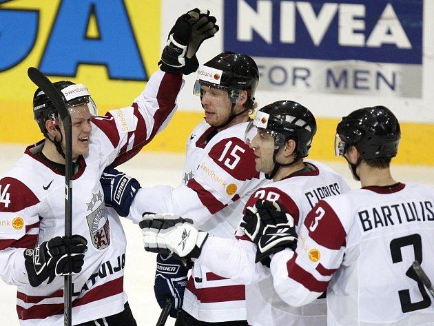 Hokejisté Lotyšska se radují z vítězství nad Francií. Jsou tak blízko postupu do čtvrtfinále na mistrovství světa ve Švýcarsku.