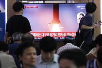 Lidé sledují v televizi v Soulu start severokorejské balistické rakety krátkého doletu