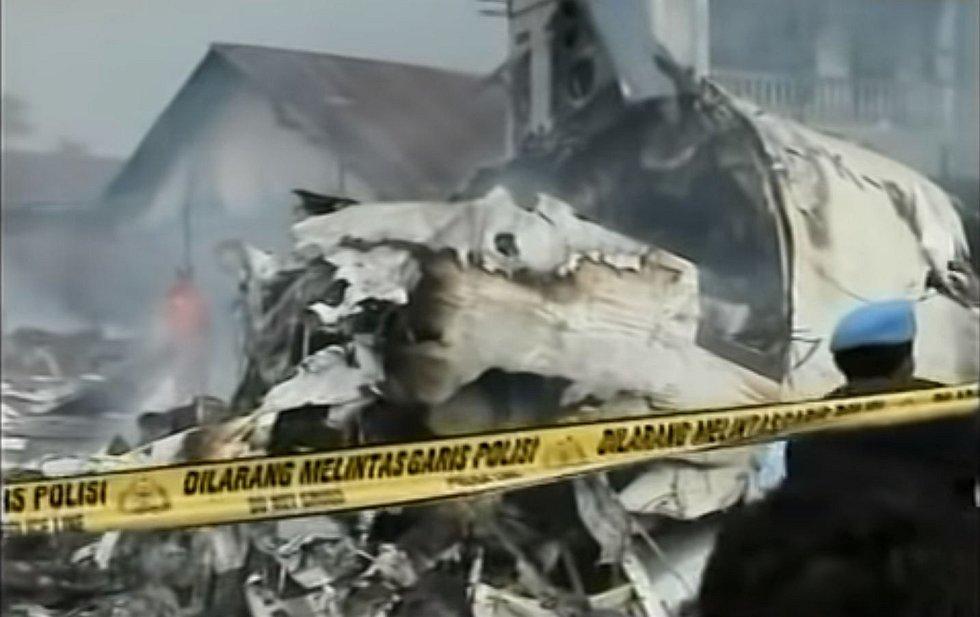 Letadlo se zřítilo do obytné čtvrti, kromě všech na palubě zahynulo i několik lidí na zemi