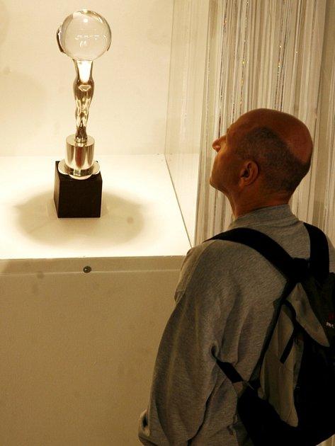 Návštěvník karlovarského filmového festivalu si prohlížel jednu z hlavních cen vystavených v předsálí festivalového kina hotelu Thermal.