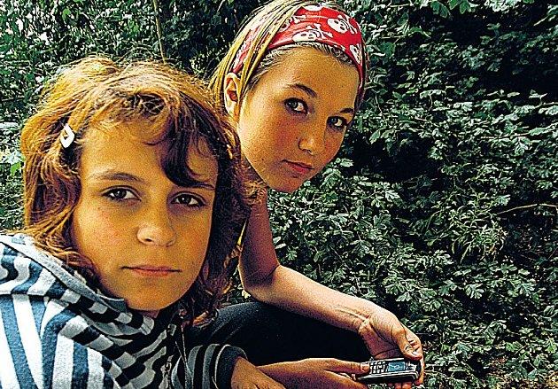 TADY LEŽELA TAŠKA S HLAVOU. Čtrnáctiletá Lucie Polívková a o rok starší Patricie Fiurášková na místě hrůzného nálezu.