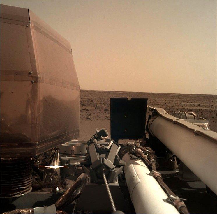 Snímek pořízený sondou InSight