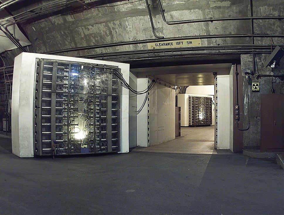 Americké středisko národní výstrahy a protiletecké obrany se skrývá hluboko v hoře Čejen v protiatomovém bunkru, kde je chrání mimo jiné speciální pětadvacetitunové dveře. V roce 1971 odsud vzešla výstraha, jež poděsila Američany