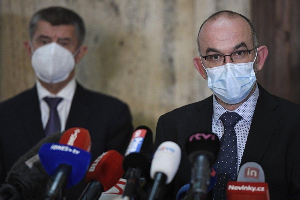 Premiér Andrej Babiš (vlevo) uvedl 29. října 2020 v Praze do funkce nového ministra zdravotnictví Jana Blatného (vpravo).
