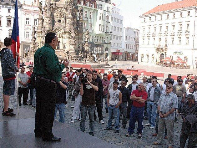 Romové se sešli na olomouckém Horním náměstí, aby vyjádřili své obavy a nesouhlas s roustoucím násilím.