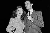 Louis Jourdan a Shirley Temple.