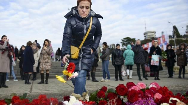 Lidé uctívali oběti ruské letecké katastrofy květinami a svíčkami.