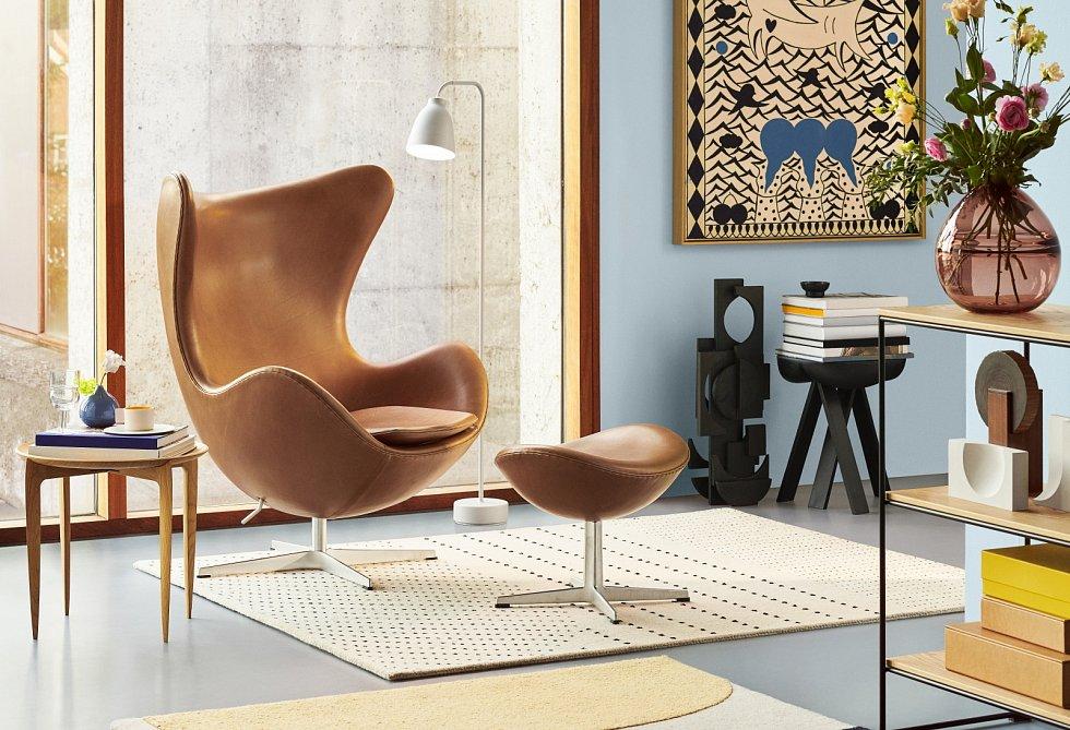 Barevných kombinací se nebojte, držte se ale osvědčeného: více sytostí, méně barev, nebo více odstínů jedné barvy. Fádní bílé dodá šťávu vhodný barevný akcent. Zajímavého efektu dosáhnete použitím podobné barvy na podlahu, stěnu i nábytek.