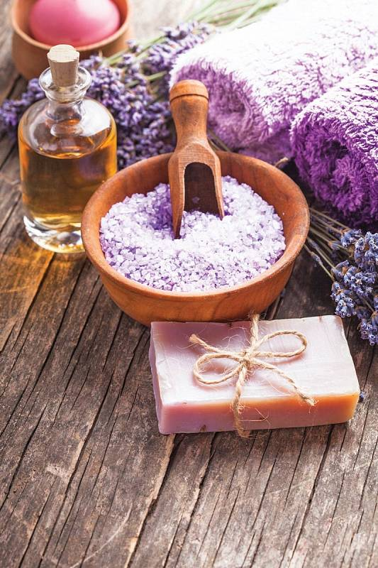 S levandulemi si můžete vytvořit domácí lázně - může z nich být éterický olej, ručně vyráběné mýdlo, mohou být přimíchány k mořské soli...