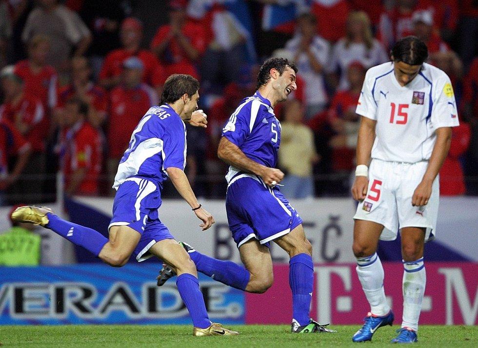 Řekové se radují z vítězného gólu do sítě České republiky, vpravo zklamaný Milan Baroš.