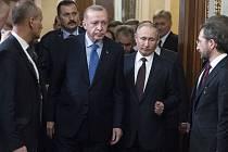 Turecký prezident Recep Tayyip Erdogan (uprostřed vlevo) a jeho ruský protějšek Vladimir Putin (uprostřed vpravo).